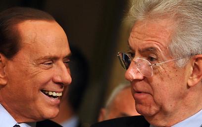 מונטי (מימין) מול ברלוסקוני. שניהם ירוצו? (צילום: AFP) (צילום: AFP)