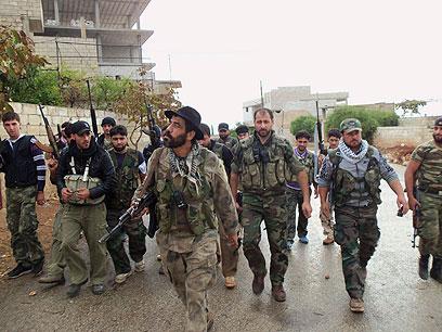 """אנשי """"צבא סוריה החופשי"""" בסיור ליד אידליב (צילום: רויטרס) (צילום: רויטרס)"""