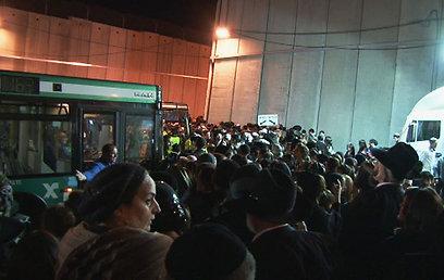רבבות המתינו לאוטובוסים שיקחו אותם לקבר רחל לאורך כל הערב. תחנה בירושלים (צילום: אלי מנדלבאום) (צילום: אלי מנדלבאום)