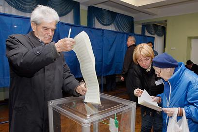 מצביעים באוקראינה (צילום: EPA) (צילום: EPA)