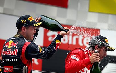 וטל משקה את אלונסו, אחרי שניצח אותו שוב (צילום: gettyimages) (צילום: gettyimages)