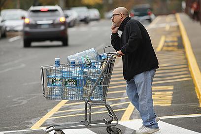 אוגרים מים בקונטיקט (צילום: AFP) (צילום: AFP)