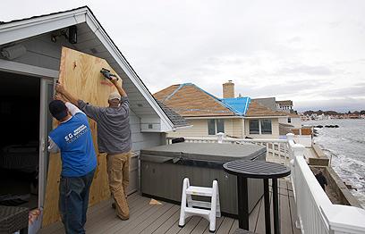 ממגנים בתים בקו החוף בקונטיקט (צילום: רויטרס) (צילום: רויטרס)
