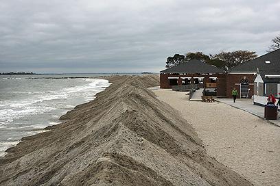 מתגוננים מפני הים בקונטיקט (צילום: AFP) (צילום: AFP)