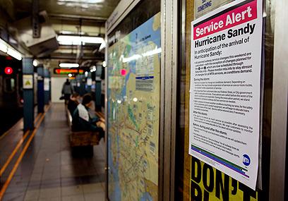 ההודעה על שיתוק הרכבת התחתית, ברכבת התחתית בניו יורק (צילום: AP) (צילום: AP)
