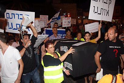 ארון הקבורה בצעדת תושבי דרום תל אביב, הערב (צילום: מוטי קמחי) (צילום: מוטי קמחי)