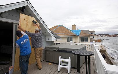 אוטמים את הבתים לפני בוא הסערה. קונטיקט (צילום:  רויטרס) (צילום:  רויטרס)
