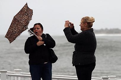 המטרייה תעזור לה? תושבות מנהטן (צילום: AFP) (צילום: AFP)
