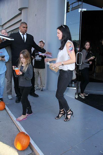 לקחה את הבת למסיבה, אבל ללא תחפושת. קורטני קוקס ובתה קוקו (צילום: splashnews)