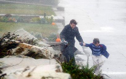 אם ובנה בגשם של מסצ'וסטס (צילום: רויטרס) (צילום: רויטרס)