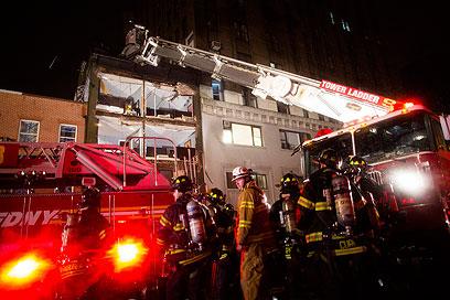 כוחות הצלה בבניין שקרס בניו יורק (צילום: AP) (צילום: AP)