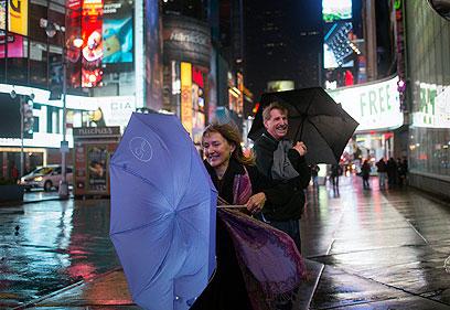 אמיצים שיצאו לטיימס סקוור בניו יורק (צילום: רויטרס) (צילום: רויטרס)