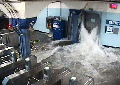 מים נכנסים לרכבת התחתית (צילום: AP) (צילום: AP)