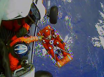 """חילוץ צוות הספינה """"באונטי"""" (צילום: MCT) (צילום: MCT)"""