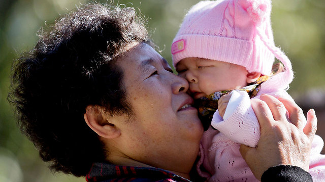 פצצת זמן דמוגרפית. תושבת בייג'ינג עם נכדה התינוק (צילום: AP) (צילום: AP)