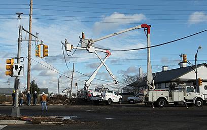 קווי מתח קרסו בסופה (צילום: EPA) (צילום: EPA)