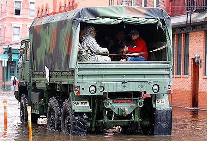 הגיעו במשאיות עד לבתיהם של נזקקים וחולים. כוח של המשמר הלאומי (צילום: רויטרס) (צילום: רויטרס)