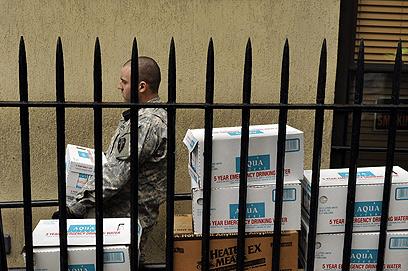 המשמר הלאומי מחלק מים ומזון להומלסים ונזקקים (צילום: AFP) (צילום: AFP)