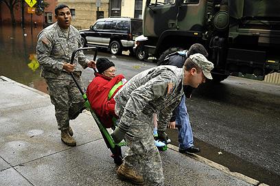 """""""הפעם, הרשויות לא היו מוכנות"""". חילוץ פצוע בהובוקן (צילום: AFP) (צילום: AFP)"""