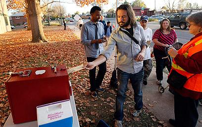בחרו באובמה. תומכיו של הנשיא בהצבעה מוקדמת בדנבר (צילום: רויטרס) (צילום: רויטרס)
