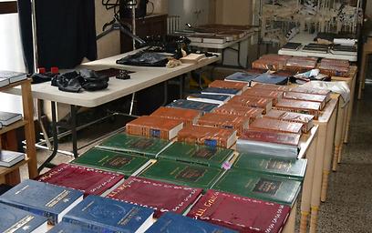 כל ספרי הקודש נפגעו בסופה (צילום: רותה אוקונוב) (צילום: רותה אוקונוב)