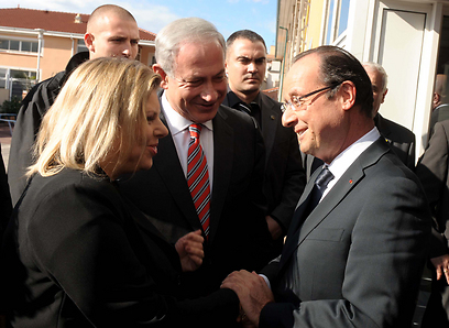 Netanyahu (C), his wife Sara and Hollande in Toulouse (Photo: Avi Ohayon, GPO)