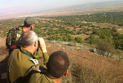 """הרמטכ""""ל משקיף לסוריה  (צילום: דובר צה""""ל)"""