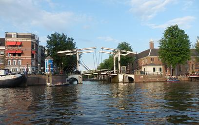 אחד הגשרים שניתנים להרמה למעבר סירות בעיר (צילום: ג'קסי ) (צילום: ג'קסי )