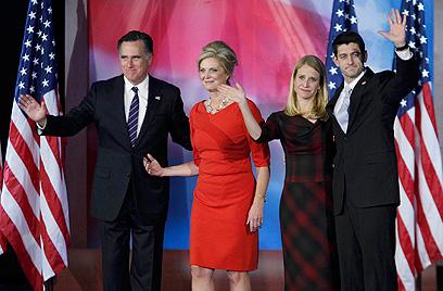 """""""האומה שלנו בנקודה קריטית"""". הזוג רומני לאחר נאום ההפסד בבוסטון (צילום: רויטרס) (צילום: רויטרס)"""