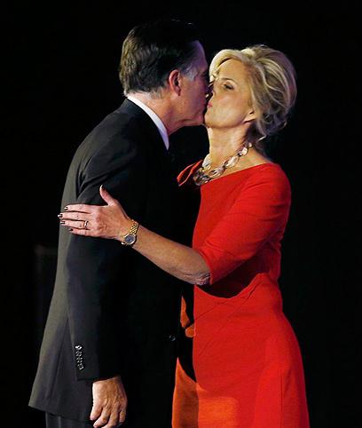 מתנחמים בנשיקה. מיט ואן רומני (צילום: רויטרס) (צילום: רויטרס)