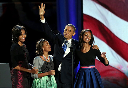 חגיגה משפחתית. ברק, מישל, סשה ומליה אובמה (צילום: AFP) (צילום: AFP)