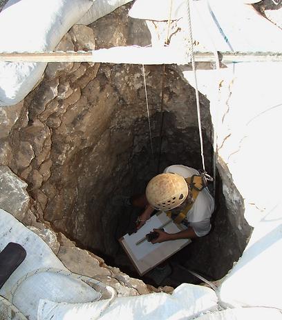 """תחילה נחצבה, אח""""כ נבנתה. הבאר בעמק יזרעאל (צילום: יותם טפר, רשות העתיקות) (צילום: יוֹלי שוורץ, רשות העתיקות) (צילום: יוֹלי שוורץ, רשות העתיקות)"""