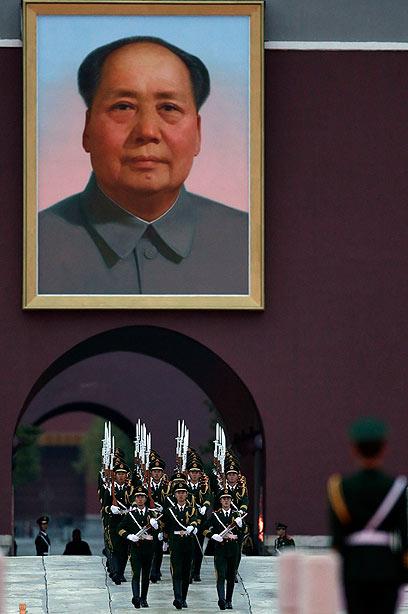 מייסד הרפובליקה העממית של סין. תמונת מָאוֹ דזֶה דוֹנג בבייג'ינג (צילום: AP) (צילום: AP)