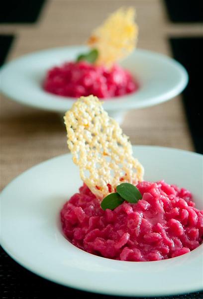 רותי שילבה את האורז של אקוורלו בריזוטו סלק. יפה, נכון? (צילום: ירון ברנר) (צילום: ירון ברנר)
