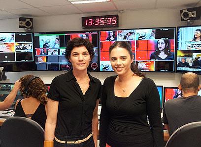 איילת שקד ותמר זנדברג, רגע לפני העימות באולפן ynet ()