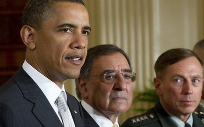 פטראוס (מימין) עם אובמה ועם שר ההגנה לאון פאנטה (צילום: AFP) (צילום: AFP)