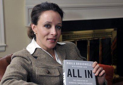 הביוגרפית והמאהבת, פולה ברודוול. חושך בבית (צילום: AP) (צילום: AP)