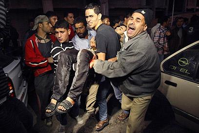 פצוע פלסטיני מפונה ברצועת עזה, הערב (צילום: רויטרס) (צילום: רויטרס)