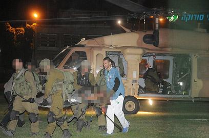 פינוי הפצועים לסורוקה, הערב (צילום: הרצל יוסף) (צילום: הרצל יוסף)