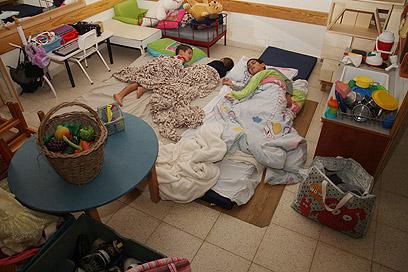 אזעקה, כוננות ומעבר מהיר מהבית לגן הילדים (צילום: רועי עידן) (צילום: רועי עידן)