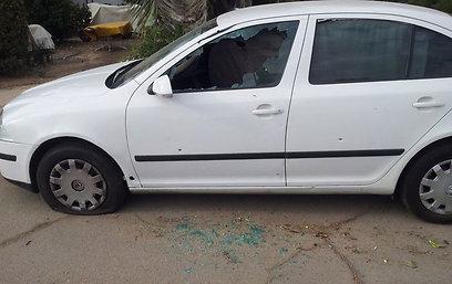 פגיעה ישירה ברכב בשער הנגב, הבוקר (צילום: יואב זיתון) (צילום: יואב זיתון)
