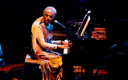 אתי אנקרי על הפסנתר. מערב פוגש את המזרח  (צילום : עמרי בראל)