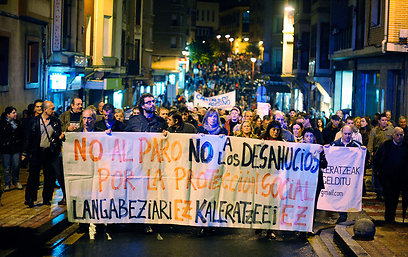 מפגינים בחבל הבאסקים בעקבות ההתאבדות (צילום: רויטרס) (צילום: רויטרס)