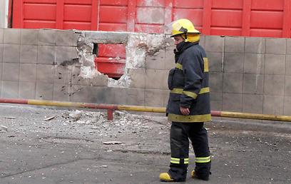 פגיעה ישירה במפעל באזור שדרות, הבוקר (צילום: אליעד לוי) (צילום: אליעד לוי)