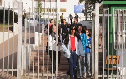 תלמידים בבאר שבע בדרכם הביתה (צילום: הרצל יוסף) (צילום: הרצל יוסף)