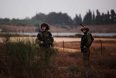 """חיילי צה""""ל באזור הרצועה (צילום: רויטרס) (צילום: רויטרס)"""