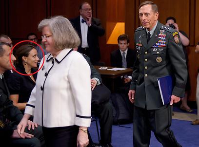 פטראוס עם רעייתו הולי. מסומנת בעיגול: המאהבת ברודוול (צילום: AFP) (צילום: AFP)
