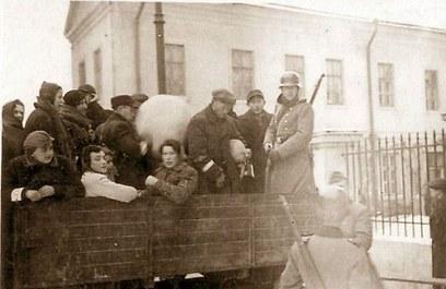 הועמסו על משאיות בקר. יהודי לובלין ()
