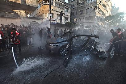 מכוניתו של ג'עברי עלתה באש. התקיפות המשיכו (צילום: EPA) (צילום: EPA)
