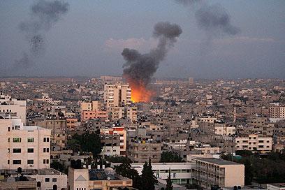 """אותו אויב, אותן תמונות. עשן עולה מעל עזה. מבצע """"עמוד ענן"""" (צילום: AP)"""